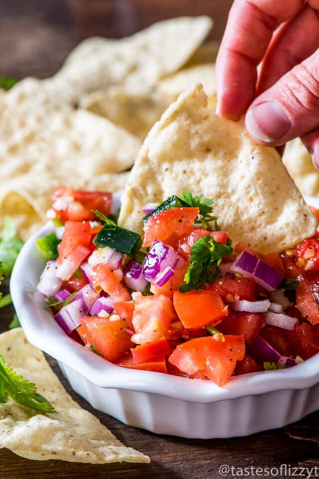 The best pico de gallo recipe around. Fresh tomato, onion, peppers, cilantro and garlic with a splash of lime.