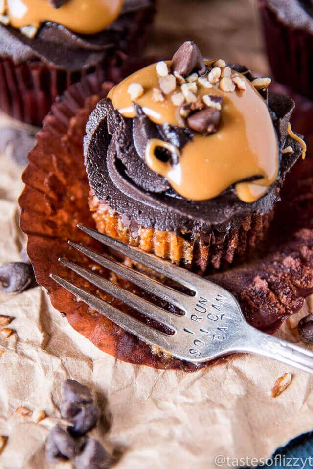 chocolate-caramel-turtle-cupcakes
