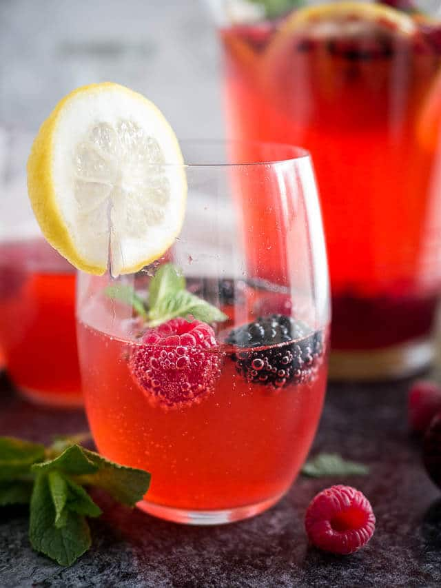 This refreshing Sparkling Raspberry Mint Lemonade is the perfect drink ...