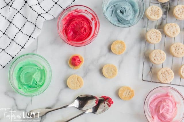 colored frosting for filled cookie sandwiches