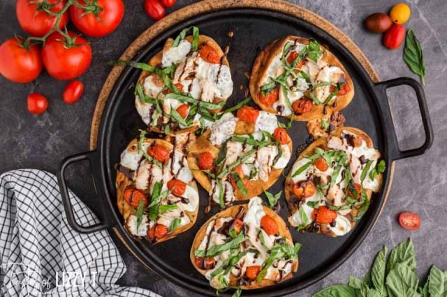 6 chicken caprese pizzas on a skillet